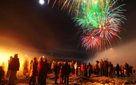 Nyår och fyrverkerier i Reykjavik, Island.