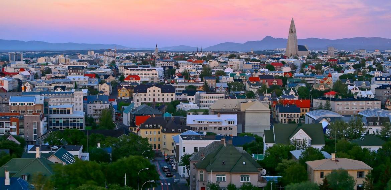 Solnedgång över Reykjavik, Island.
