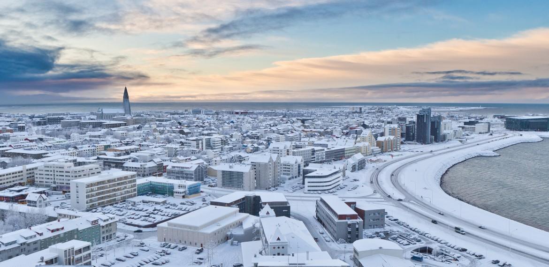 Reykjavik i vinterskrud på Island.