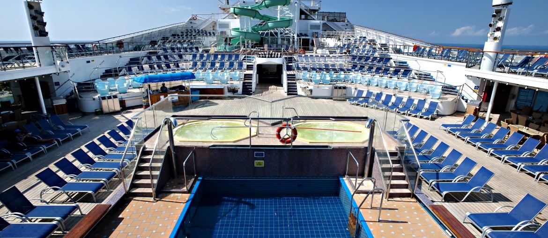 Poolområde ombord på kryssning med Carnival Glory