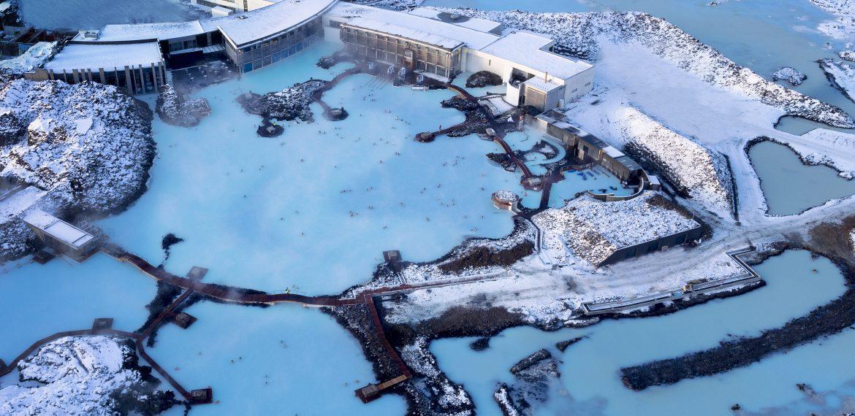 Ett snöklätt Blå Lagunen på Island