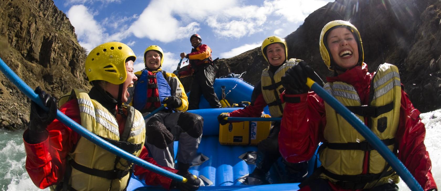 Adrenalinkickande forsränning på glaciärfloden Hvita, Island.
