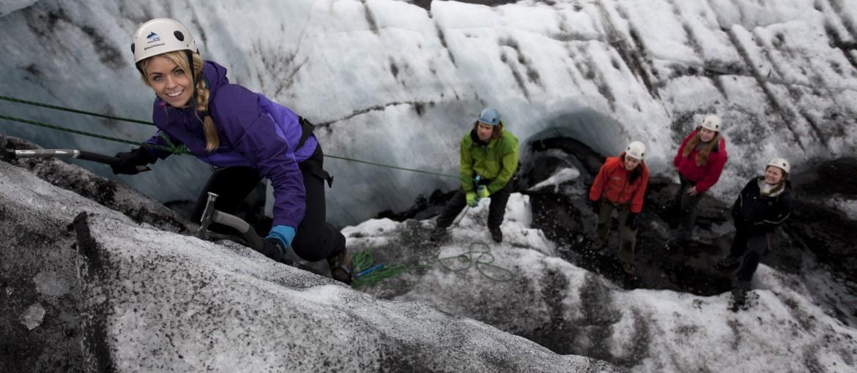 Vandra och klättra på en glaciär på Island