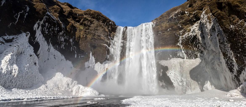 Skogafoss vattenfall i vinterskrud på Island