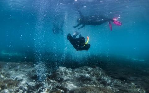 Snorkling i djävulens jacuzzi på Island