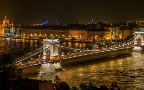 Budapest och Donau i kvällsbelysning