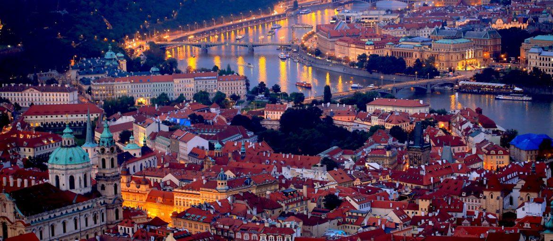 Kvällsvy över Prag och floden Moldau (Vltava), Tjeckien