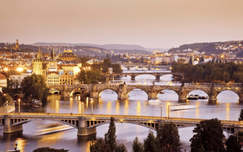 Prags broar över floden Vltava i Tjeckien